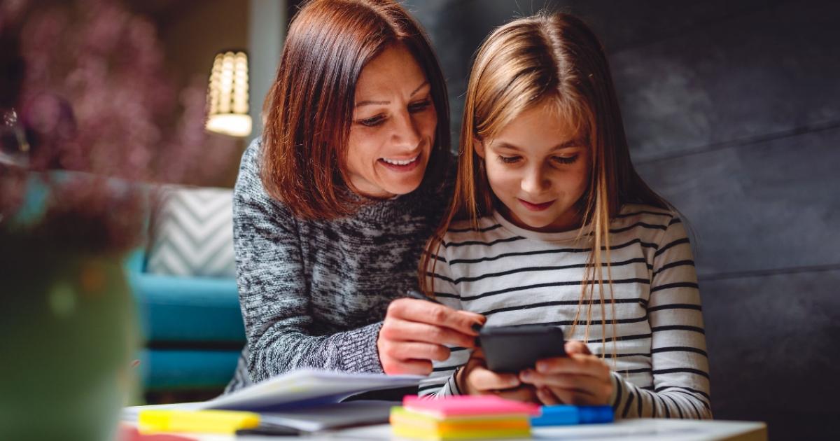 Cum sa folosesti fotografiile din telefon pentru a dezvolta limbajul copilului