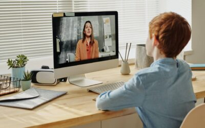 10 sfaturi pentru profesori: Cum să sprijinim copiii cu hipoacuzie la cursurile online