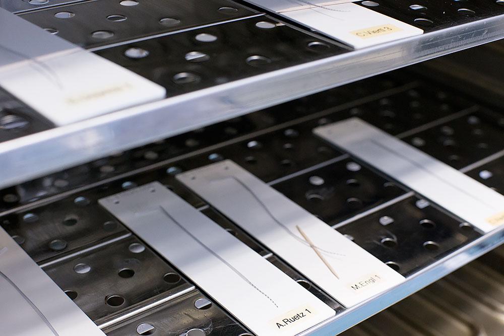 Cum se fabrica implantul cohlear MED-EL Lantul de electrozi in cuptor