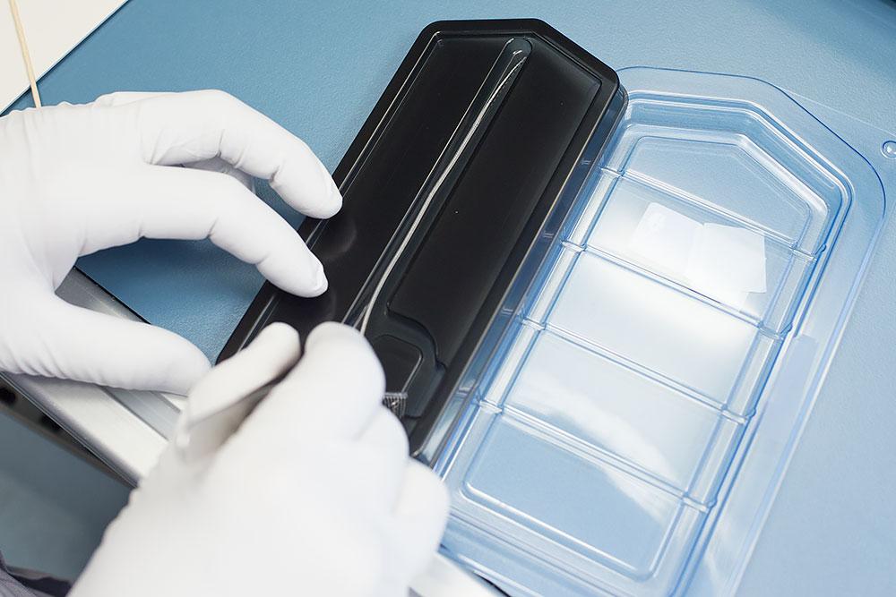 Cum se fabrica implantul cohlear MED-EL Impachetare lant de electrozi